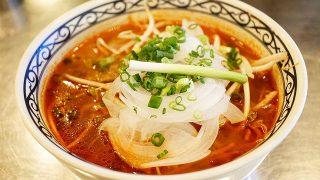 Khanom Jeen Nam Ngeow (soupe de nouilles épicée) : recette facile et rapide